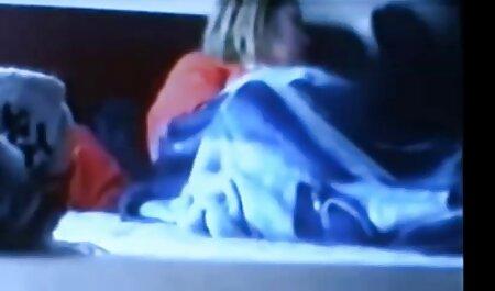 جوجه خال کوبی شده در روغن سواری بیدمشک را روی فیلم سکسی پسر با زن خروس بزرگ پسر در سوار می کند