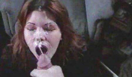 خانم جوان در جوراب شلواری با یک خروس لاستیکی جلوی یک وب کم به الاغ خود برخورد دانلود فیلم سکسی پسر با پسر می کند