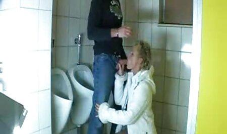 یکی از دوستان به سبک دوست داشتنی بنفش بنفش روی یک نیمکت سکسی مادروپسر سفید یک دوست را لعنتی