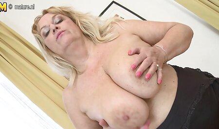 مادر داغ در بیکینی سینه های بزرگی را در کنار استخر سکس مادروپسر جدید نشان می دهد