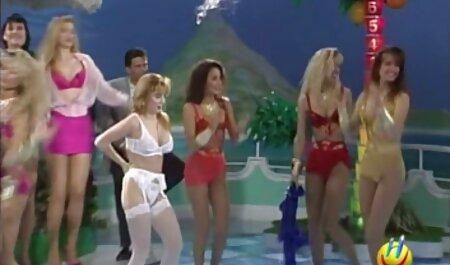 دختری با موهای فیلم سکس پسر با پسر نوجوان قرمز ، دو خروس بزرگ را روی یک مبل سفید لکه دار می کند