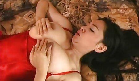 جوجه فیلم پسر سکسی با دستان خود در مقابل دوربین به ارگاسم آورد