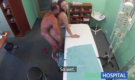 مرد بادی یک داستان سکسی گی پسر زن نازک را با سینه های کوچک روی یک کاناپه گسترده می اندازد