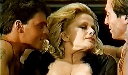 نیروی زمین چمن در یک سوراخ مقعد روی فیلم سکسی مادر وپسر مبل به بلوند برخورد می کند