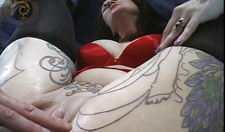 دختری با چشم بزرگ بعد از مالیدن فیلم سکس پیرزن با پسر ، خروس بزرگ مرد را سوار می کند