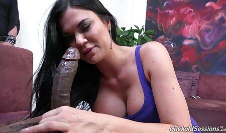 دختر بزرگ الاغ یک عامل روی دسک تاپ را فیلم سکس دو پسر لگد می زند
