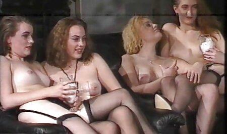 این دختر موهای سرخ فیلم سکسی پسر دختر به طرز مشکلی لیسیدن دوست یکی از موهای تیره در استخر را لیسید