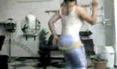 دختر موهای تیره بعد از کار در فیلم سکسی ۱۳ساله حمام خودارضایی می کند