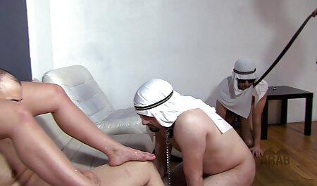بلوند جوان آلت تناسلی ماهواره ای را با دهان خود بلند می کند و مقعد را سکسمادر با پسرش در زیر آن قرار می دهد