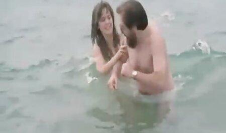 دو پسر فیلم سکسی پسر با زن به طور همزمان روی اعضای کرکی و دهان مادر می کشند