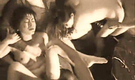زن آسیایی قبل از رابطه جنسی فیلم سکسی مامان پسر روی مبل ، خروس عاشق خود را مکیده است