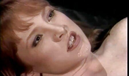 زن جوان در فیلم سکسی جوردی پسرک معروف جوراب ساق بلند در حال تفریح با یک ماشین جنسی است