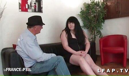 شلخته سرخ در جوراب ساق بلند با hahala داستان سکسی گی پسر روی مبل fucks می کند
