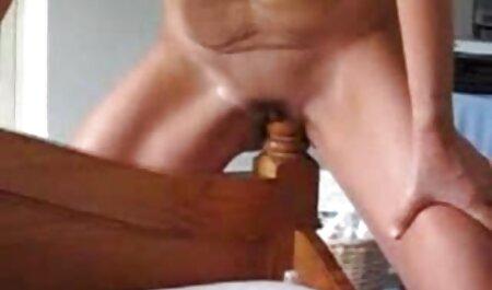 مردی در حال نوشیدن با یک دوست بلوند در آشپزخانه فیلم سکس پسرها بود و او را با سرطان لعنتی می کرد