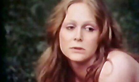 نیکول آنیستون یک الاغ سکس خارجی مادر و پسر زرق و برق دار و یک سوراخ غیر تراشیده جلوی دوربین را نشان می دهد