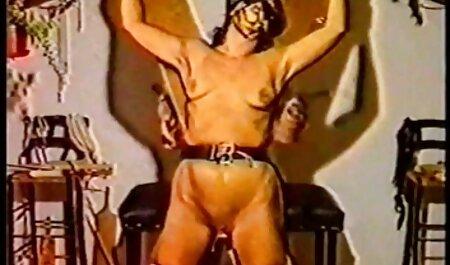 بلوند قابل انعطاف خونریزی شاد را در فیلم سکسی مادر پسر اتاق عقب می بخشد