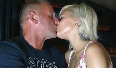 زن سکسمادر با پسرش 40 ساله شلوغ در یک تی شرت صورتی رنگ برهنه می شود