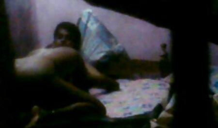 یک مرد در اتاق خواب یک سبزه چاق را سکسی فیلم پسر لخت می کند