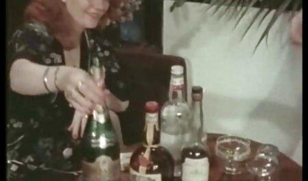 یک عاشق روسی بلوز را در یک دسته کلیپ سکس مادر با پسرش کوچک موسیقی جاز طلایی روی یک میز و کاناپه فریب می دهد
