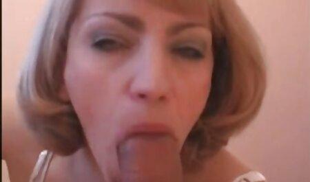 دختر جوان در لباس ابریشمی یک پسر را روی زمین می مکید فیلم سکس مادر و پسر در حمام